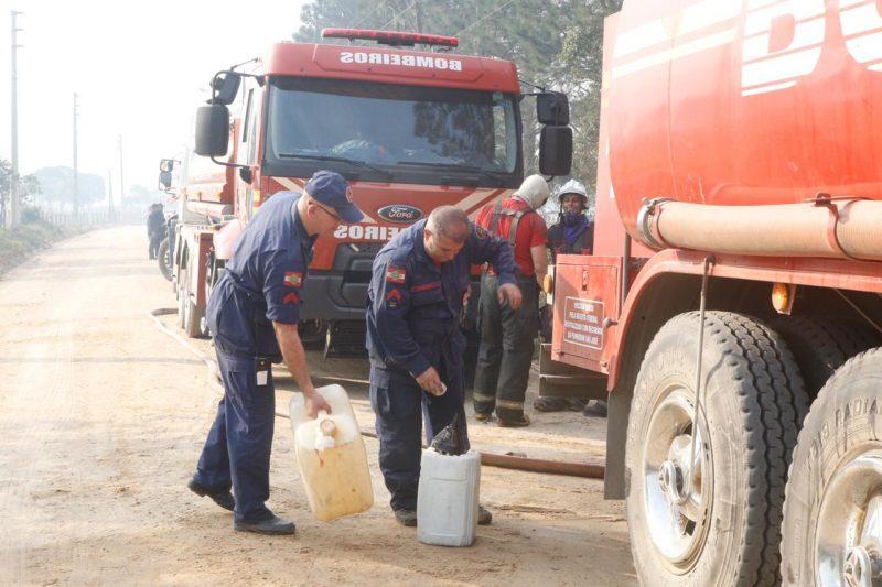 Os bombeiros contam com o auxílio de caminhões com tanque de água - Flávio Tin/ND