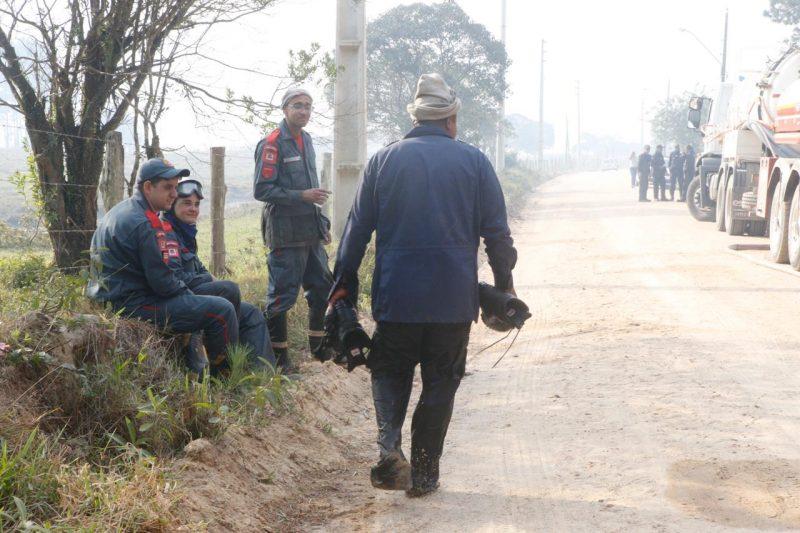 Um efetivo de aproximadamente 30 policiais ambientais também ajudaram - Flávio Tin/ND