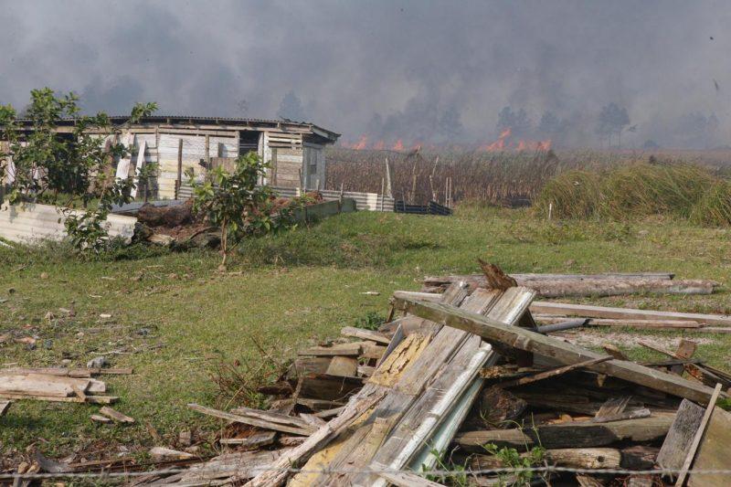 O incêndio chega próximo à áreas residenciais - Flávio Tin/ND