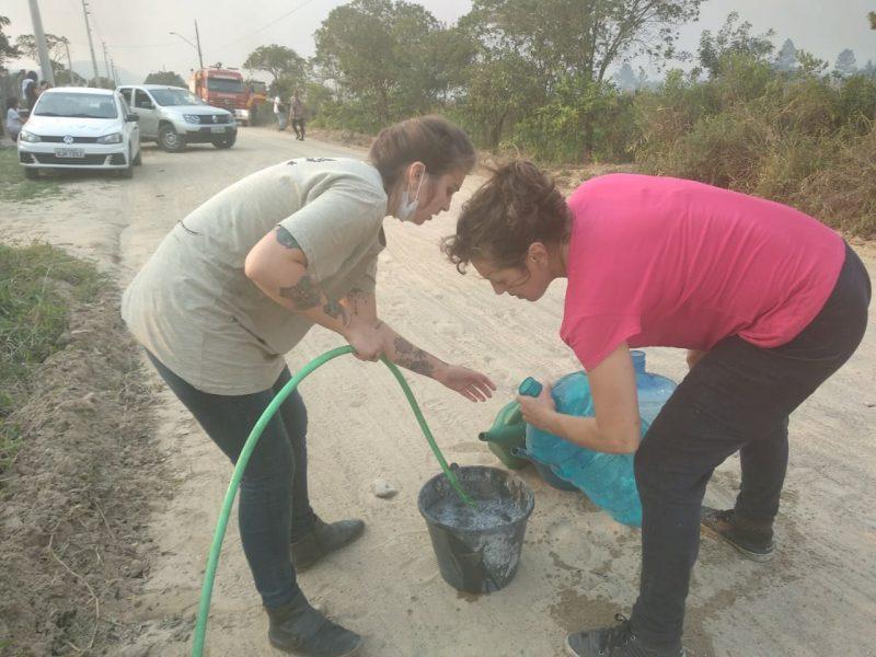 A população também ajuda da maneira que pode no combate ao incêndio - Marcela Ximenes/ND