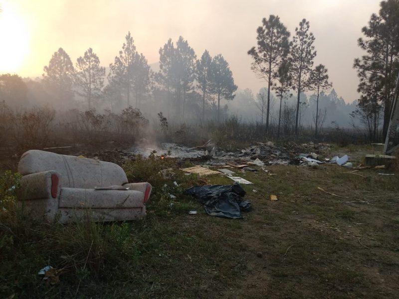 Entulhos despejados no local também foram queimados - Marcela Ximenes/ND