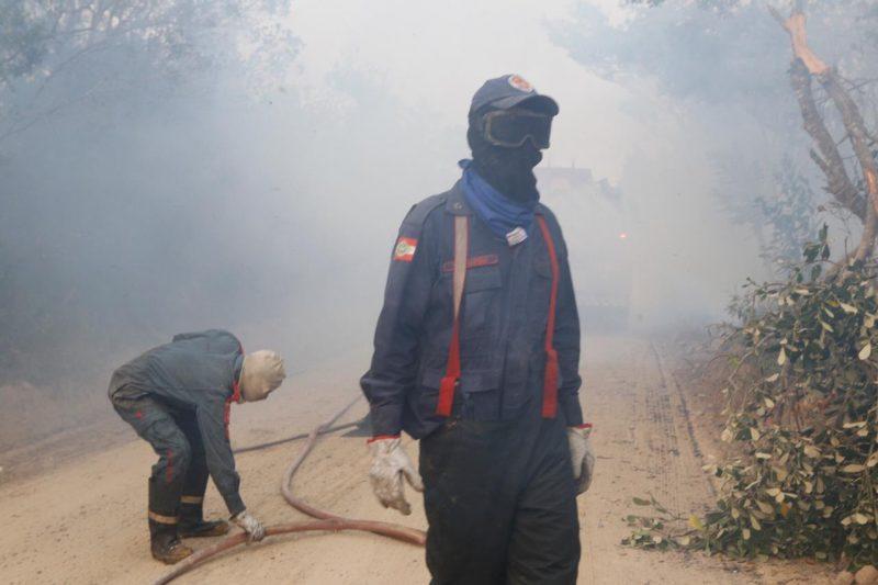 Devido a fumaça, bombeiros usaram máscaras - Flávio Tin/ND