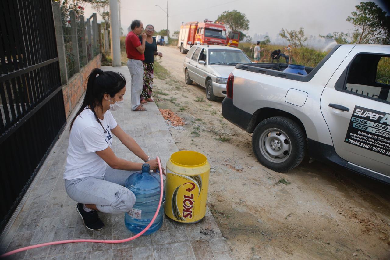 Moradores ajudaram no combate a alguns focos de incêndio com baldes e galões de água - Flávio Tin/ND