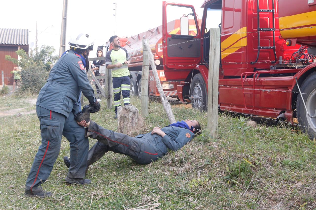 Durante o intervalo do árduo serviço de combate ao fogo, os bombeiros se alongavam, expondo o cansaço extremo - Flávio Tin/ND