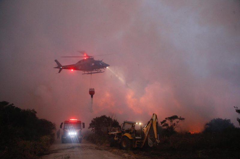 Os incêndios foram tão intensos e destruidores, que até o helicóptero Arcanjo 3, de Blumenau, foi acionado para auxiliar no combate às chamas - Flávio Tin/ND