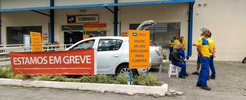 Grevistas estão reunidos em frente a agência dos correios no centro do município – Jonathan Rocha/RICTV