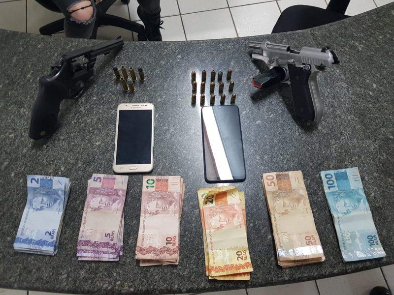 Com os adolescentes os policiais apreenderam celulares, dinheiro, duas armas de fogo e munições – Polícia Militar/Divulgação/ND