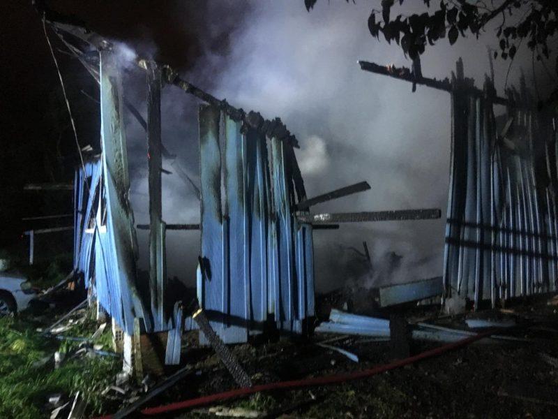 Bombeiros precisaram de 6 mil litros de água para controlar as chamas na casa em Lages – Divulgação/CBM