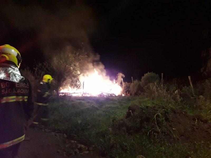 Casa em São Joaquim já estava tomada pelas chamas quando os bombeiros chegaram – Divulgação/CBM