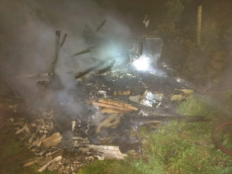 Casa já estava tomada pelas chamas quando os bombeiros chegaram ao local – Divulgação/CBM