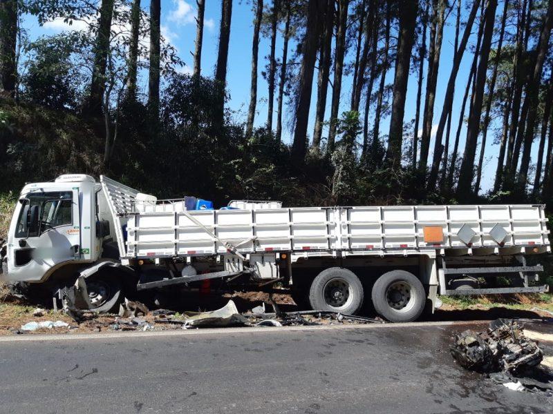 Motor do carro foi arrancado com a força da batida - PRF/Divulgação/ND