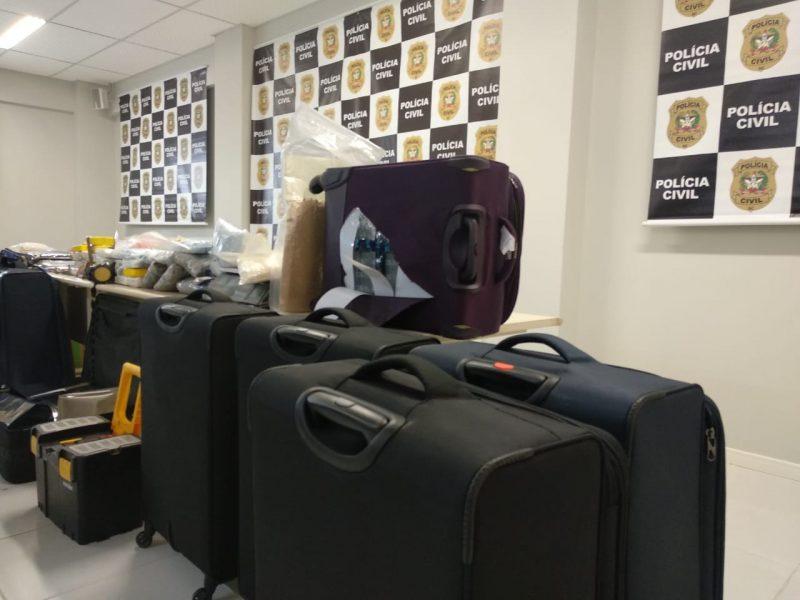 A cocaína estava embalada em tabletes em fundos falsos das malas – Polícia Civil/Divulgação/ND