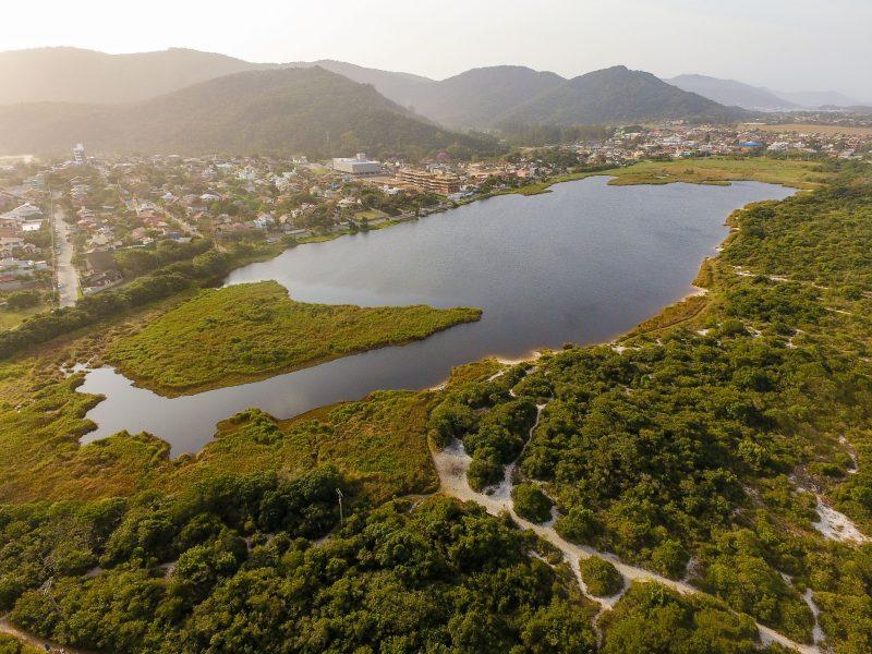 Vista aérea da Lagoa Pequena, no Sul da Ilha de Santa Catarina, é um afloramento da reserva de água subterrânea da região – Foto: Flávio Tin/ND