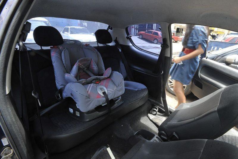 Obrigatoriedade do uso da cadeirinha: Crianças menores de 10 anos que não tenham atingido 1,45m deverão ocupar o banco traseiro e utilizar equipamento de retenção adequado.– Foto: Agência Brasil/Arquivo/ND