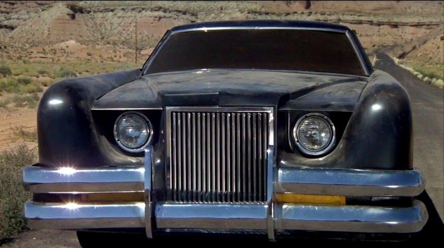 O vilarejo de Santa Ynez no sudoeste do Estados Unidos está em pânico com um misterioso carro negro assassino. Veloz, ele atropela quem encontra pela frente. Em Carro, A Máquina do Diabo, a estrela do filme é um Lincoln Continental Mark III de 1971 - Crédito: Reprodução/IMCDB - Crédito: Reprodução/IMCDB/Garagem 360/ND