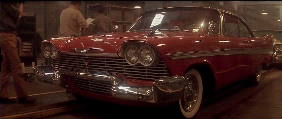 Quem poderia imaginar que um automóvel poderia ter espírito assassino? Pois é, esse Dodge Plymouth Fury vermelho, de 1957, um dos personagens principais de Christine – O Carro Assassino - Crédito: Reprodução/IMCDB - Crédito: Reprodução/IMCDB/Garagem 360/ND