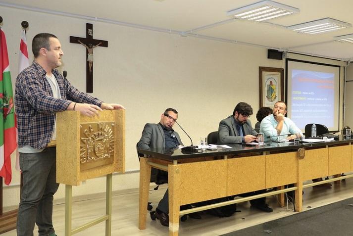 Mestre em Turismo, Rafael Freitag teve a oportunidade de debater a taxa do turismo na Câmara. Foto: Divulgação/CMF – freitag