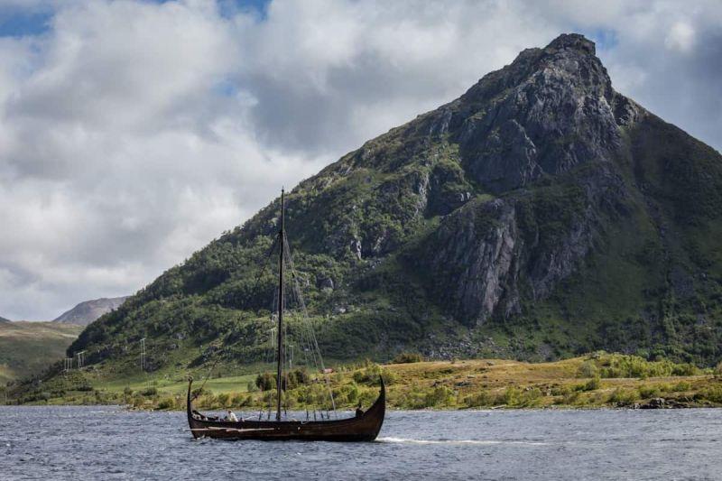 O Museu Viking de Lofoten conta com atrações que transportam os visitantes à época dos vinkings. É possível fazer um passeio a bordo de um navio viking, participar de oficinas para produzir utensílios de ferro, acompanhar reproduções teatrais que simulam os costumes da época e provar comidas típicas - Divulgação/Kulturhistorisk Museum, UiO/Eirik Irgens Johnsen - Divulgação/Kulturhistorisk Museum, UiO/Eirik Irgens Johnsen/Rota de Férias/ND