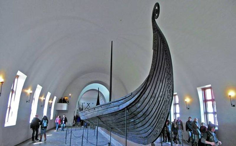 A Noruega é dos países que abrigou o povo viking. Até hoje, essa cultura é preservada em locais como o Museu do Barco Viking de Oslo. Ali, é possível encontrar artefatos históricos e originais da vida dos antigos vikings, como joias, vestimentas, ferramentas, utensílios e até navios - Divulgação - Divulgação/Rota de Férias/ND