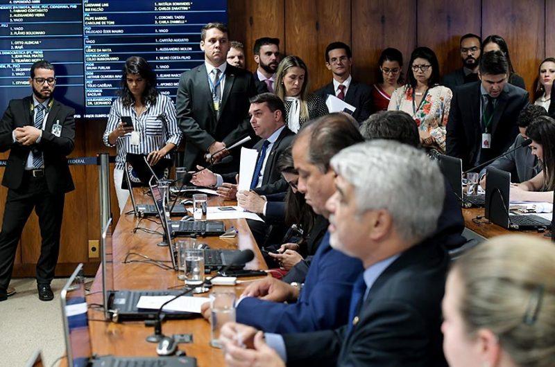Parlamentares do PSL, como o senador Flávio Bolsonaro (RJ), foram contra a oitiva de representantes das redes sociais e pediram o adiamento da votação – Waldemir Barreto/Agência Senado