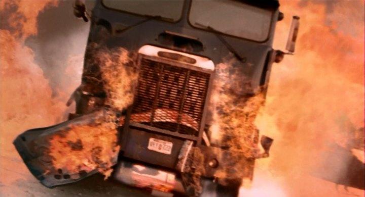 Lançado no Brasil e no mundo em 2003, o filme Premonição 2 arrancou suspiros de tensão de quem assistia ao filme. Avisos seguidos de acidentes fatais marcam a história e cerca de 51 veículos aparecem no longa, entre carros, caminhões. Dentre eles, está o truck Freightliner FLA - Crédito: Reprodução/IMCDB - Crédito: Reprodução/IMCDB/Garagem 360/ND