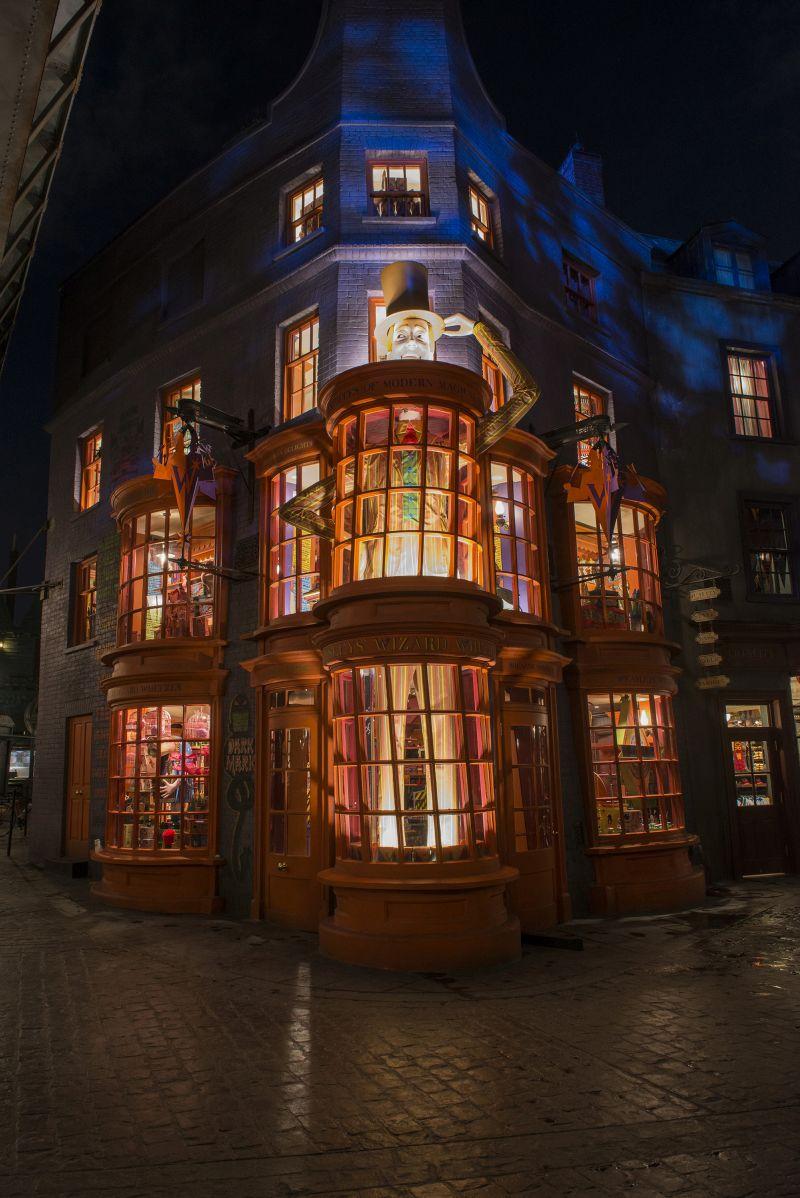 Vale a pena dar uma passada na Weasley Wizard Wheezes (Gemialidades Wesley), loja criada pelos irmãos gêmeos de Rony Wesley. Na parte de dentro é possível encontrar vários tipos de cacarecos e brinquedinhos - Divulgação - Divulgação/Rota de Férias/ND
