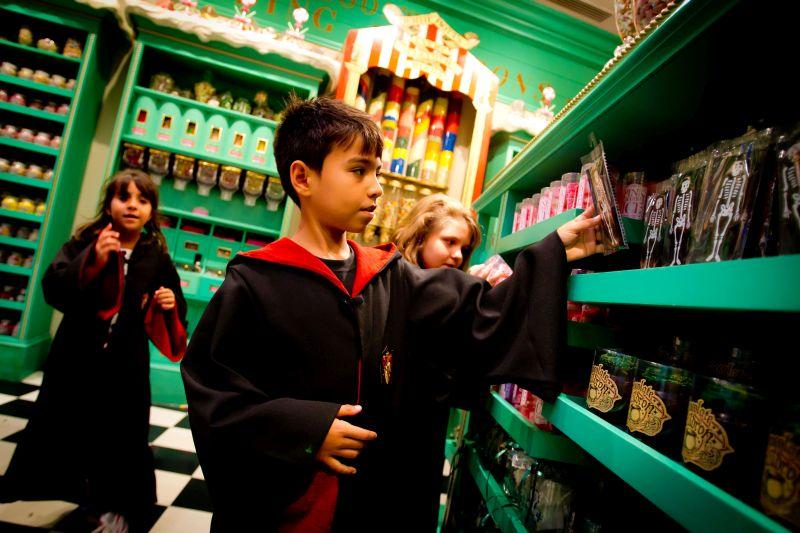 A loja Honeydukes (Dedos de Mel) é o lugar ideal para quem quer experimentar os doces tradicionais do mundo bruxo. Dá para comprar sapos de chocolate e até se arriscar com os feijõezinhos de todos os sabores - Divulgação - Divulgação/Rota de Férias/ND