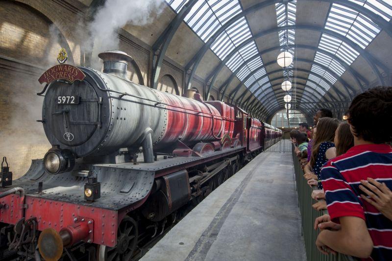 Os visitantes podem embarcar em uma réplica da locomotiva que leva os alunos bruxos a Hogwarts. Ela interliga os dois parques, permitindo acesso entre as áreas The Wizarding World of Harry Potter Hogsmeade (Universal's Island of Adventure) e The Wizarding World of Harry Potter Diagon Alley (Universal Studios). Apenas os visitantes com ingressos que dão entrada aos dois parques podem fazer o trajeto - Divulgação - Divulgação/Rota de Férias/ND