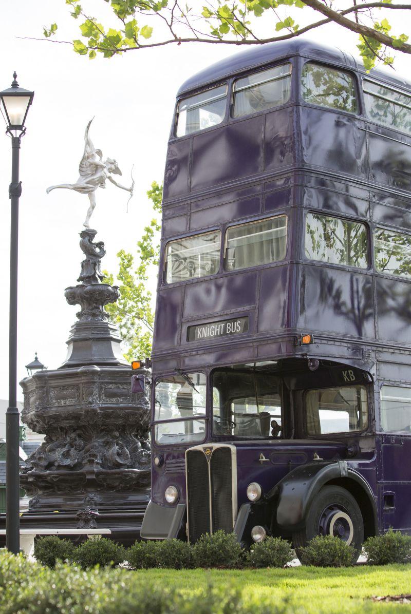 O Knight Bus (Nôitibus Andante) fica estacionado em frente ao Beco Diagonal. Dá para tirar fotos com transporte de emergência para bruxos e bruxas perdidos e ainda conversar com a cabeça falante e o motorista - Divulgação - Divulgação/Rota de Férias/ND
