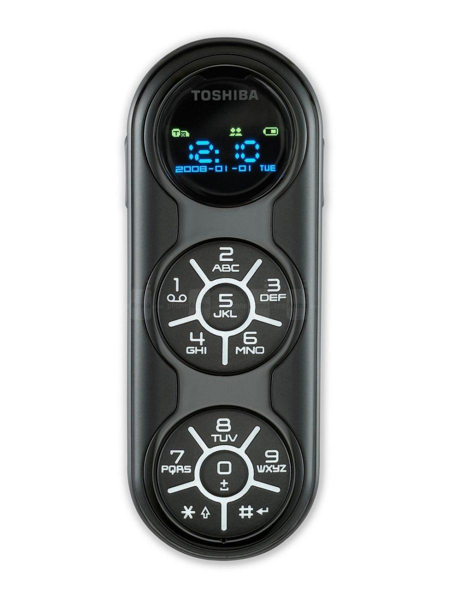 """Toshiba G450 (2008) – Um controle remoto de TV do tamanho de um isqueiro Bic. É assim que pode ser definido este celular da Toshiba. Embora tivesse a ideia de driblar o mercado dos """"tijolões"""", tudo que a marca japonesa conseguiu foi afastar os clientes que sentiam dificuldade em digitar nas minúsculas e nada convencionais teclas. - Crédito: Divulgação/33Giga/ND"""