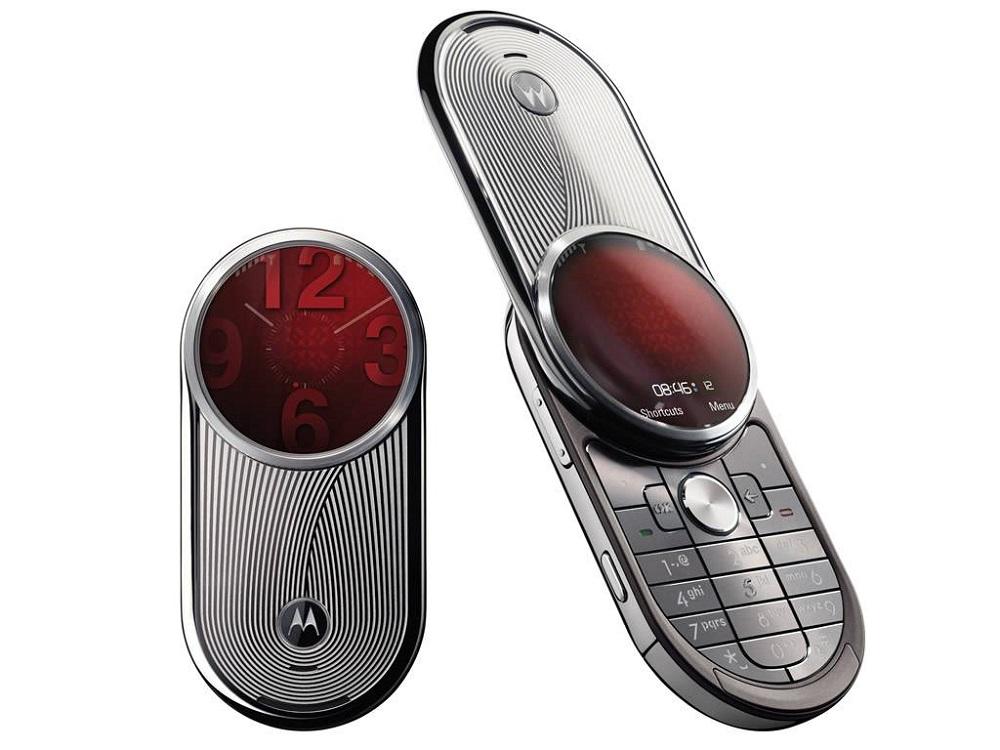Motorola Aura (2008) – É hora de morfar! O celular com display circular e estrutura rotatória lembrava (e muito) o morfador usado pelos Power Rangers. O problema é que, para se transformar em um herói japonês, era necessário desembolsar uma bagatela. Na época, o Aura custava US$ 2 mil. Tudo graças a sua estrutura de aço inoxidável. - Crédito: Divulgação/33Giga/ND