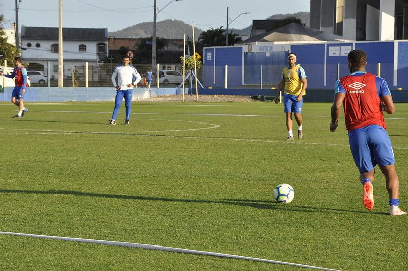 Alberto Valentim [de branco] orienta mais um trabalho no Avaí - Avaí FC/divulgação