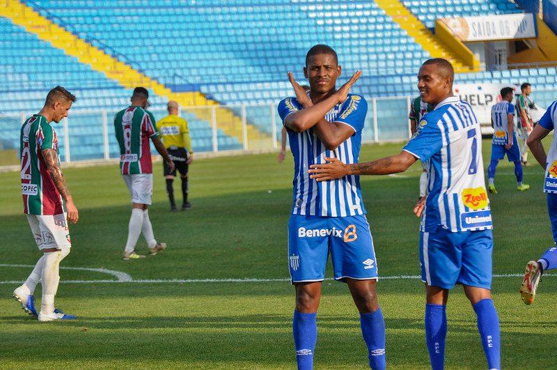 Matheus Lucas, com a camisa do Avaí, comemora um dos seus gols na Copa SC; artilheiro da competição – Foto: Maria Heloísa Vieira/Avaí FC/divulgação