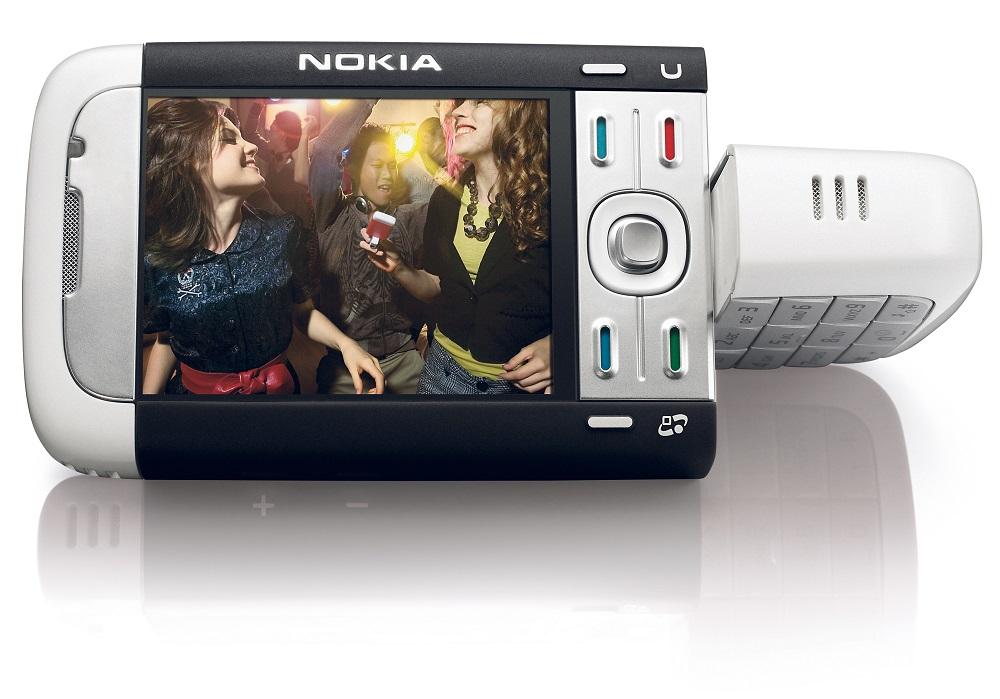 Nokia 5700 XpressMusic (2007) – Como o próprio nome diz, esse aparelho era voltado para quem curtia ouvir música no celular. Com alto-falantes generosos, o que não agradava era seu teclado duplo. Era necessário girar a parte de baixo do celular para trocar entre botões convencionais e teclas para controlar as faixas. - Crédito: Divulgação/33Giga/ND