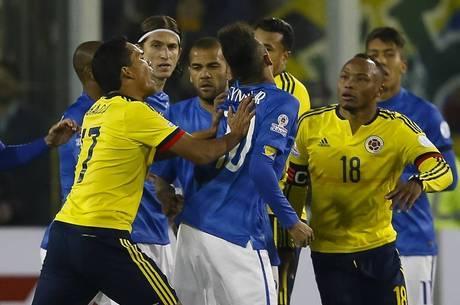 Copa América de 2015: Nervoso em campo, Neymar buscou briga e foi expulso na primeira fase contra a Colômbia. Craque levou gancho da Conmebol e ficou fora da fase derradeira da competição e do início das eliminatórias para o Mundial de 2018 - Portal R7/Reprodução