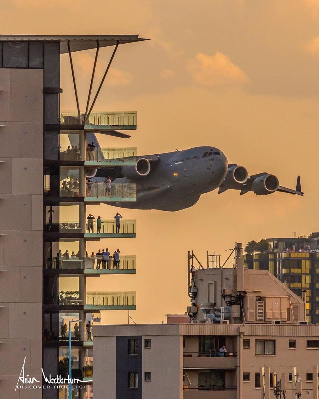 Tratavam-se de dois aviões voando entre prédios - Facebook/Reprodução