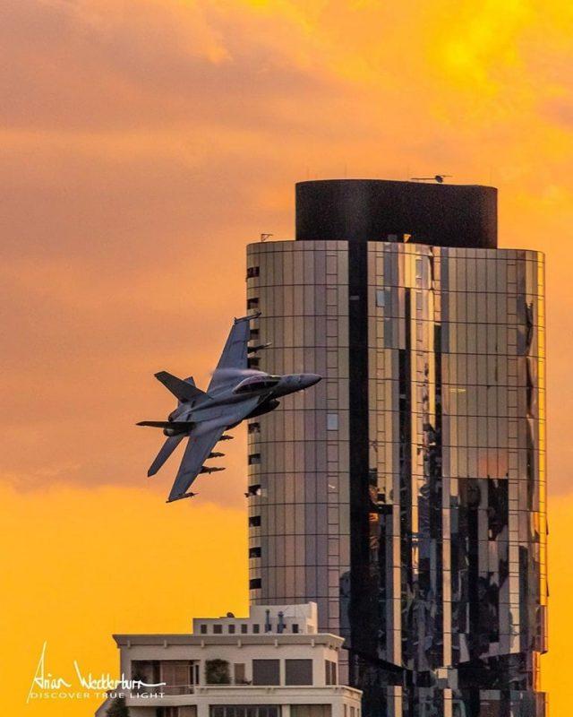 Eram um cargueiro C-17A Globemaster e um caça F/A-18F Super Hornet da Real Força Aérea - Facebook/Reprodução