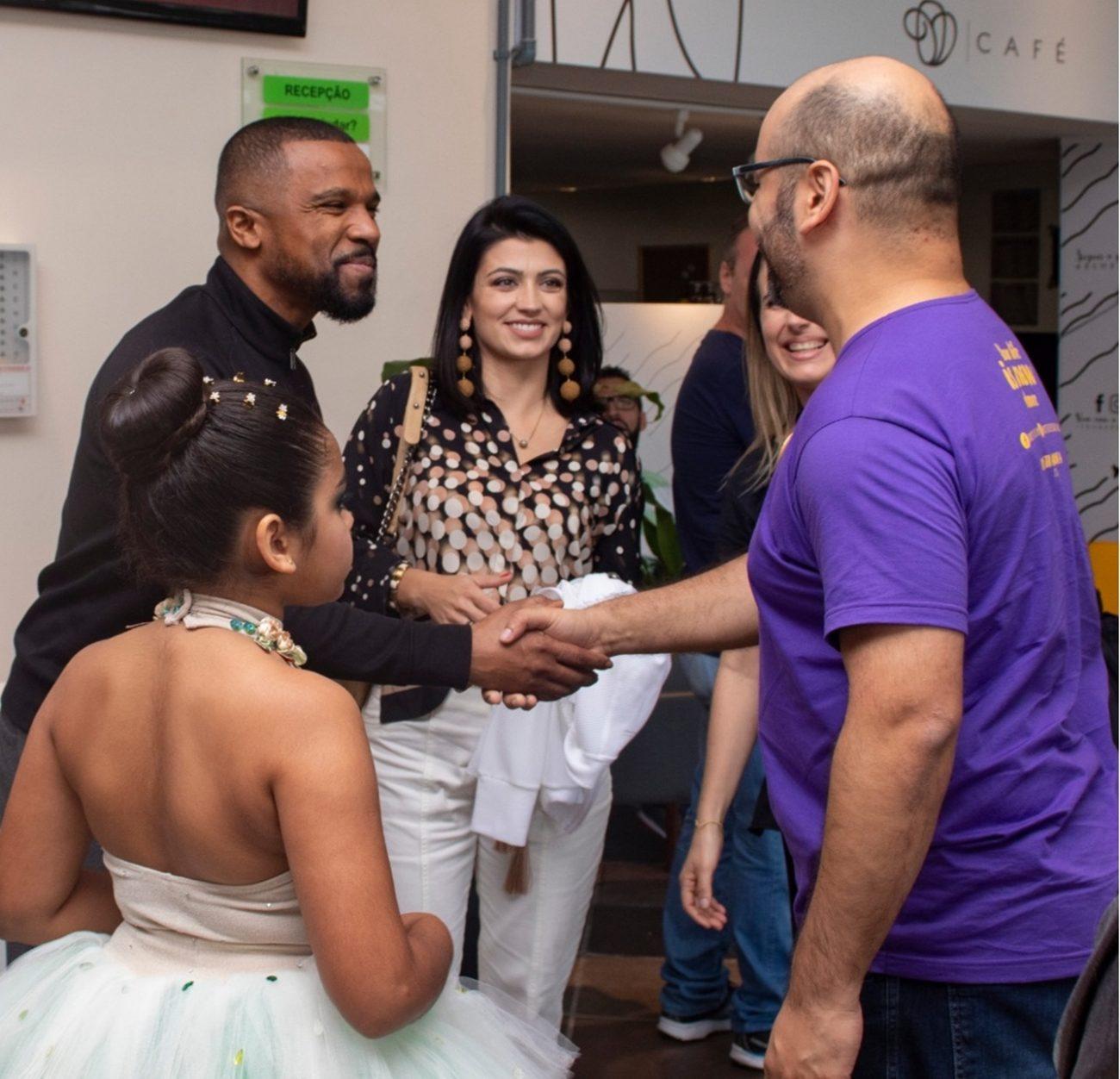Alexandre Pires, Sara e Julia cumprimentam o público no CIC - Patrik Vanin/Divulgação/ND