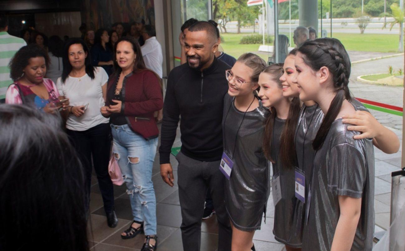 O cantor posando para fotos com fãs - Patrik Vanin/Divulgação/ND