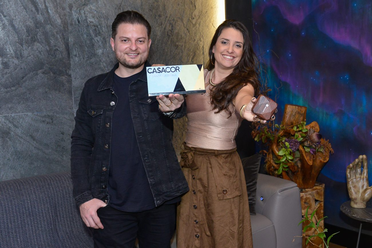 Arquitetos Allan Chierighini e Graziella Oliveira, premiados com o ambiente Aurora Blue pela adequação ao tema Tecnologia - Carlos Alves/Divulgação/ND
