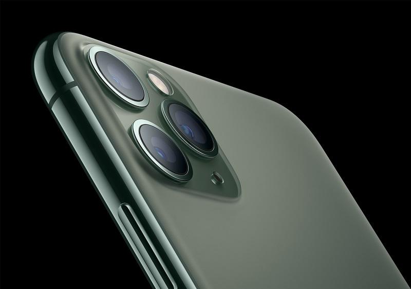 iPhone 11 Pro e iPhone 11 Pro Max – Setembro de 2019: Os celulares receberam esse nome por prometerem fotografias de nível profissional. Para isso, vieram equipados com três câmeras na parte traseira: teleobjetiva, grande-angular e ultra-angular. Cada uma com 12 megapixels; todas acomodadas em um design quadrado. O iPhone 11 Pro tem tela de 5,8 polegadas e o iPhone 11 Pro Max, 6,5 polegadas. Ambos podem ser encontrados nas cores verde, cinza, prata e dourado. - Crédito: Divulgação/33Giga/ND
