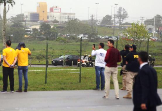 O Presidente Jair Bolsonaro chegou em Santa Catarina nesta quinta-feira (17), por volta das 15h10, no Aeroporto Hercílio Luz. O trajeto do aeroporto até academia da PRF (Polícia Rodoviária Federal) foi feito de carro com escolta de veículos, motos e até helicóptero - Anderson Coelho/ND