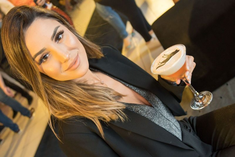 Eduarda França provou o drinque exclusivo decorado com um lobo, logomarca da Acostamento - Hermes Bezerra/Divulgação/ND