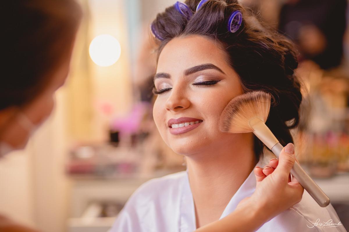 Tão importante quando a escolha do vestido, a maquiagem também precisa de atenção - Foto: Isis Lacombe | casamento Thay e Tiago