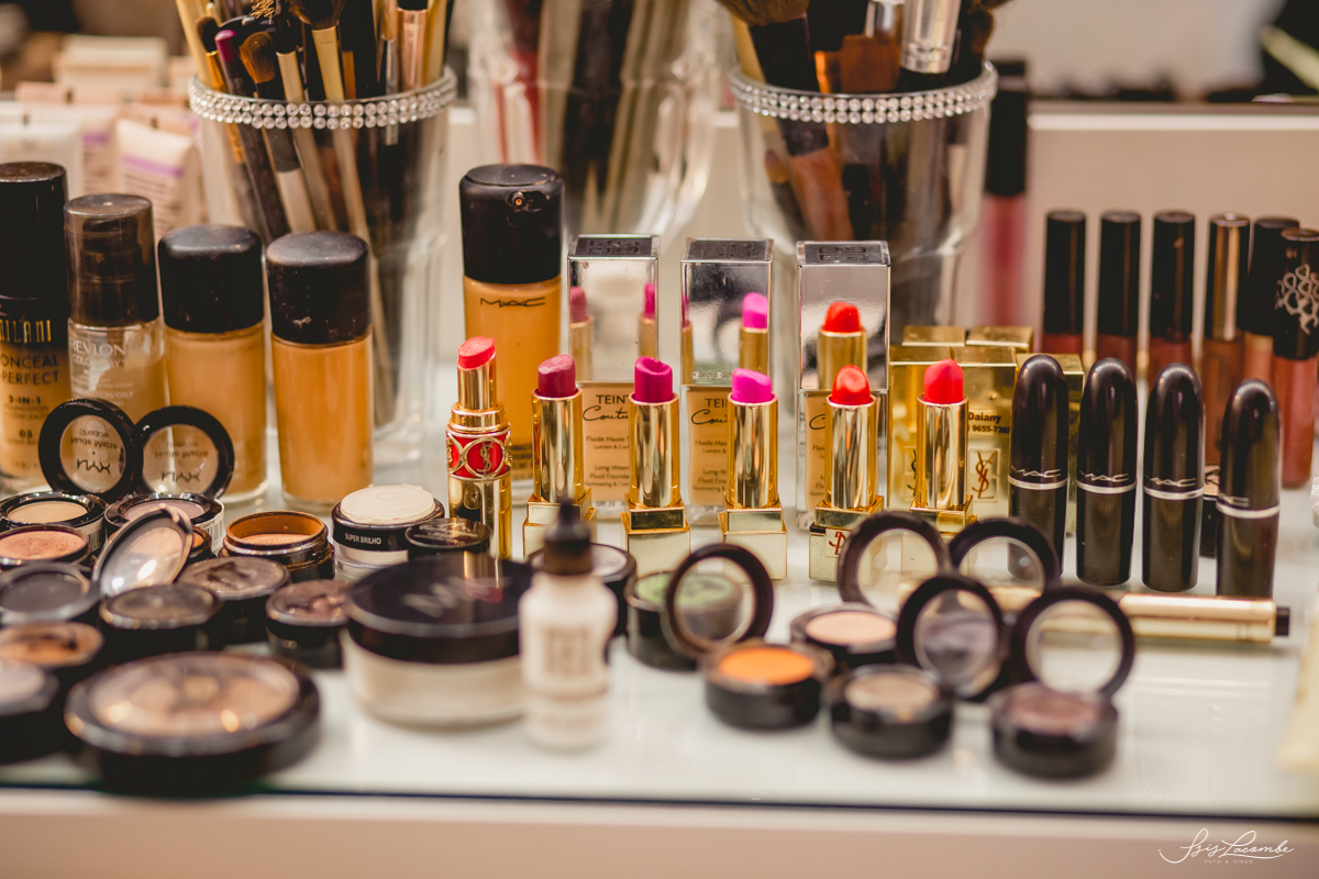 No processo de escolha da maquiagem da noiva, também é preciso estar atenta a qualidade dos produtos usados - Foto: Isis Lacombe | casamento Thay e Tiago