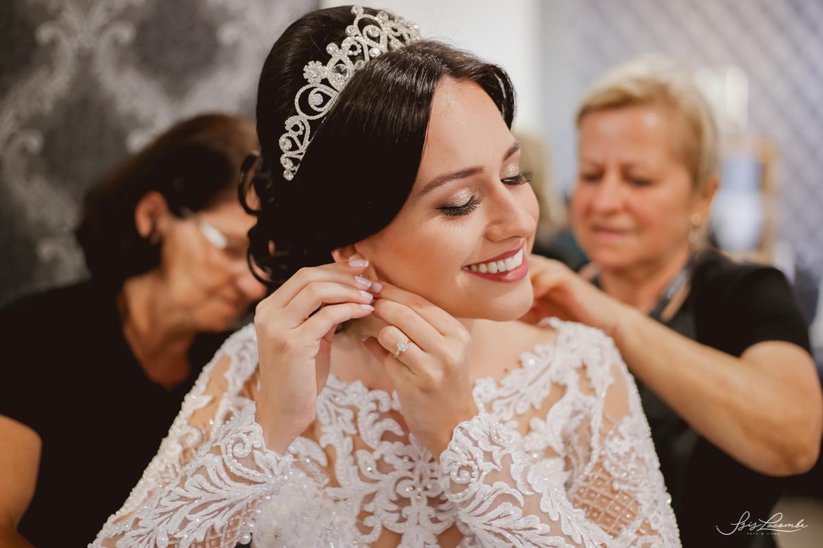 Cuidar de cada detalhe da noiva para além do vestido, requer muita atenção com o estilo do casamento e da noiva - Foto: Isis Lacombe/casamento Sarah e Everton