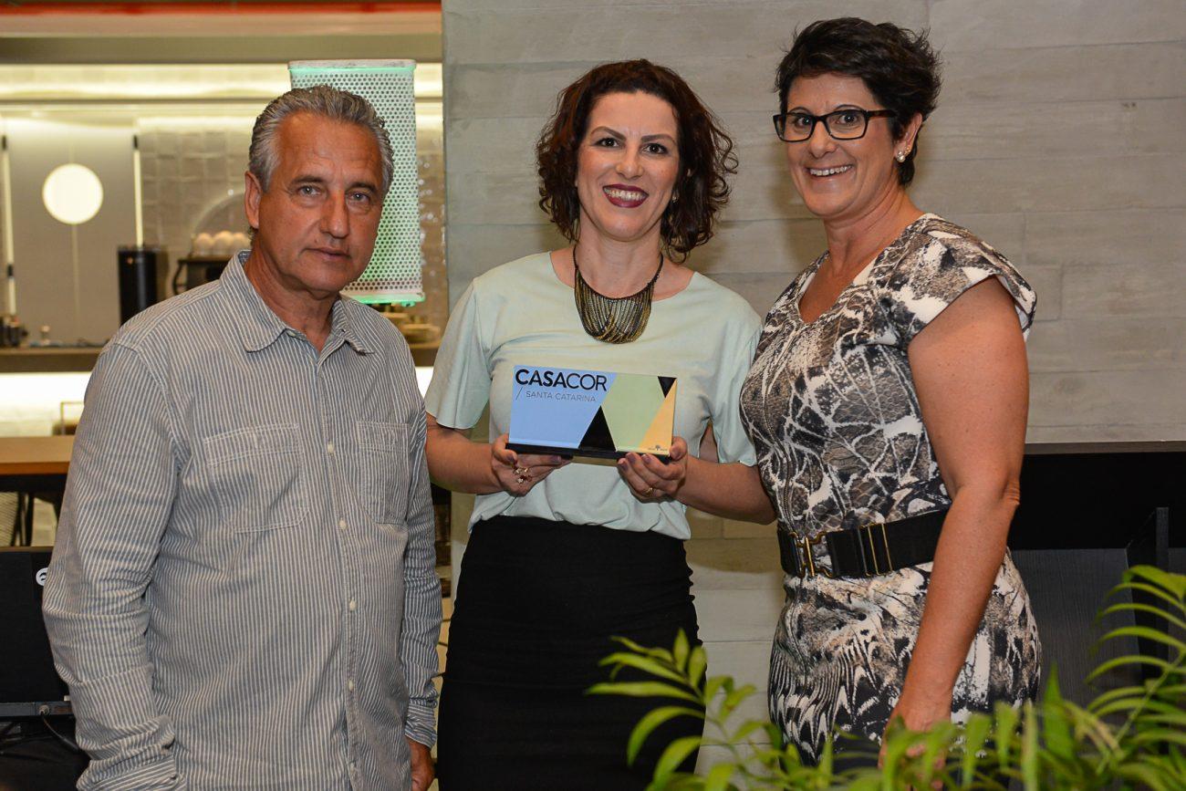 Vera Fernandes, da equipe da arquiteta Juliana Pippi, que ganhou três prêmios, inclusive o de Ambiente Destaque, entre os diretores da Casacor SC, Luiz e Francis Bernardo - Carlos Alves/Divulgação/ND