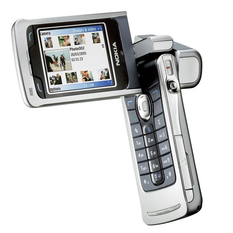 Nokia N90 (2005) – Podia ser um produto da TekPix, mas é um celular da Nokia. Era possível desdobrar e rodar a tela do telefone para que ficasse no formato de câmera, facilitando o manuseio para captar vídeos pequenos. Foi um dos primeiros aparelhos a aceitar cartão de memória externo. - Crédito: Divulgação/33Giga/ND