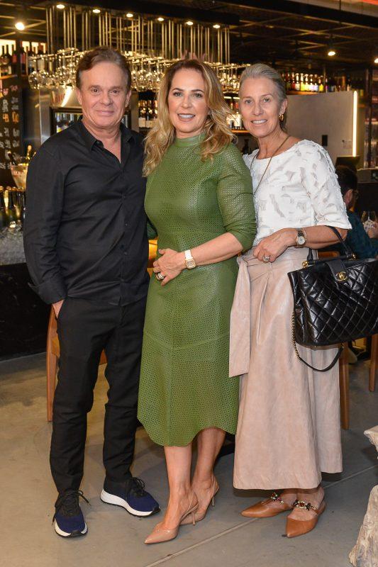 Paulo Tonietto, presidente da incorporadora Milano, com a mulher Marisol Tonietto e Eleonora Borba (à dir.) - Carlos Alves/Divulgação/ND
