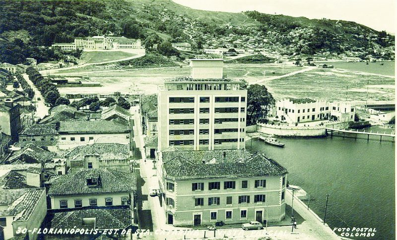 Primeiro aterro construído em Florianópolis na região onde hoje é a Prainha - Foto postal/Divulgação/ND